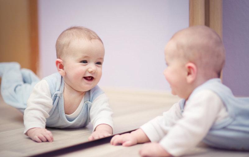 los beneficios de jugar frente al espejo On espejo para ver al bebe